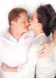 Junge glückliche Paare über weißem Hintergrund Lizenzfreies Stockfoto