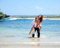 Junge glückliche Paare auf Ferien Stockfotografie