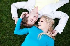 Junge glückliche Paare in der Liebe Lizenzfreie Stockbilder