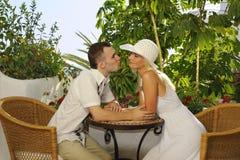 Junge glückliche Paare draußen Stockbilder
