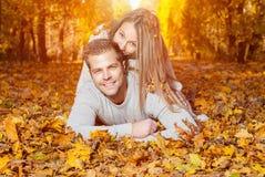 Junge glückliche Paare draußen Stockfoto