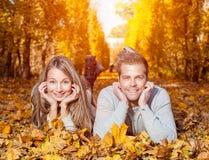 Junge glückliche Paare draußen Stockfotos