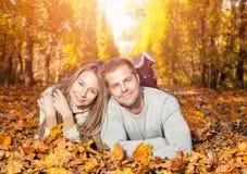 Junge glückliche Paare draußen Stockbild