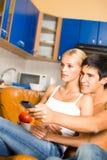 Junge glückliche Paare zu Hause stockbild