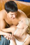 Junge glückliche Paare zu Hause Stockbilder