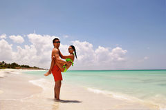 Junge glückliche romantische Paare in der Liebe auf Strand Lizenzfreies Stockfoto