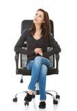 Junge glückliche Studentenfrau, die auf einem Rollstuhl sitzt lizenzfreie stockfotografie
