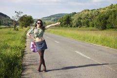 Junge glückliche trampende Frau Stockfotografie