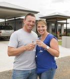 Junge glückliche und schöne Paare in trinkendem Champagner oder Wein der Liebe, die den süßen Toast feiert Jahrestag oder Valenti Lizenzfreie Stockbilder