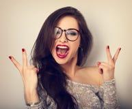 Junge glückliche weibliche Frau in den Gläsern mit offener Vertretung der großen Öffnung Stockbilder