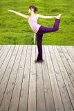Junge glückliche Yogafrau stockfoto