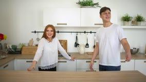 Junge, glückliches Paar, das neues Haus betritt Junges glückliches Paar, das in neues Haus nach Verlegung geht 4 k-Einzugsfeier stock footage