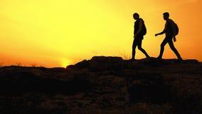 Junge gl?ckliche Reisende, die mit Rucks?cken auf Rocky Trail bei Sommer-Sonnenuntergang wandern Familien-Reise-und Abenteuer-Kon stock footage