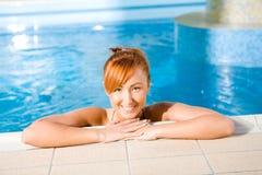 Junge glückliche Frau im Pool Lizenzfreies Stockfoto