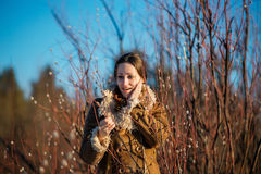 Junge glückliche Frau kleidete Schaffellmantel und -schal Mädchen, das Weidenniederlassungen hält Frühlingszeit… Rosenblätter, na Stockbilder