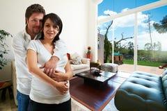 Junge glückliche Paare an ihrem neuen Haus Lizenzfreies Stockbild