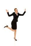 Junge glückliche springende Geschäftsfrau Stockfoto