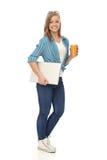 Junge Größengleichfrau mit Laptop und Kaffee Lizenzfreie Stockfotos