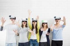 Junge Gruppe, die Spaß mit neue Technologie vr hat lizenzfreie stockfotografie