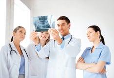 Junge Gruppe Doktoren, die Röntgenstrahl betrachten Stockfotografie