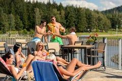 Junge Leute, die Spaß-Sommerzeitfeiertag haben Lizenzfreie Stockfotos