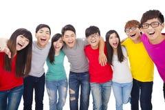 Junge Gruppe mit den Armen um jede andere schultert stockfoto