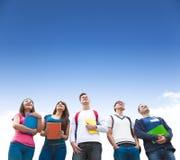 junge Gruppe Studenten, die zusammen stehen Lizenzfreie Stockfotos