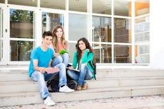 Junge Gruppe Studenten im Campus Lizenzfreie Stockfotos
