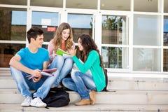 Junge Gruppe Studenten im Campus Lizenzfreies Stockfoto