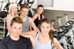 Junge Gruppenleute der Eignung am Gymnastikfahrrad Stockbilder