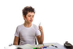 Junge hält eine Glühlampe beim Handeln von Hausarbeit Stockfoto
