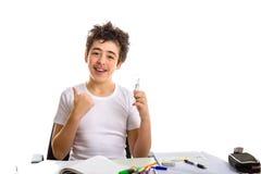 Junge hält eine Glühlampe beim Handeln von Hausarbeit Lizenzfreie Stockbilder