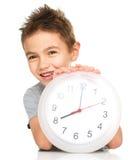 Junge hält große Uhr Lizenzfreies Stockbild