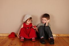 Junge hält rotes Inneres für Mädchen an Stockfotos