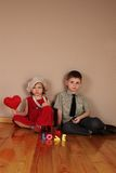 Junge hält rotes Inneres für Mädchen an Lizenzfreie Stockbilder
