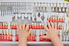 Junge Hände auf Bohrern Rotes Rosa-Studio getrennt auf einem weißen Hintergrund Lizenzfreies Stockfoto
