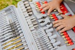 Junge Hände auf Bohrern Rotes Rosa-Studio getrennt auf einem weißen Hintergrund Stockfotografie