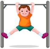 Junge hängt an einem horizontalen Stab Stockfotografie