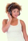 Junge hörende Musik der schwarzen Frau lizenzfreies stockbild