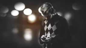 Junge hörende Musik des modernen Mannes Stockfoto
