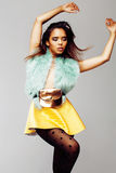 Junge hübsche Afroamerikanerfrau, welche in Mode die clothers emotional, Lebensstilleutekonzept aufwirft Lizenzfreie Stockfotografie