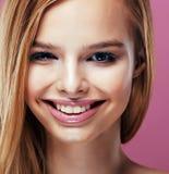 Junge hübsche Blondine mit dem Frisurabschluß hoch und Make-up an Lizenzfreies Stockbild