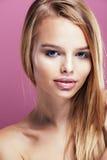 Junge hübsche Blondine mit dem Frisurabschluß hoch und Make-up an Stockbilder