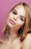 Junge hübsche Blondine mit dem Frisurabschluß hoch und Make-up an Stockfoto