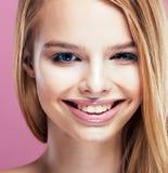 Junge hübsche Blondine mit dem Frisurabschluß hoch und Make-up an Stockfotografie