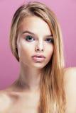 Junge hübsche Blondine mit dem Frisurabschluß hoch und Make-up an Lizenzfreies Stockfoto