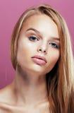 Junge hübsche Blondine mit dem Frisurabschluß hoch und Make-up an Stockfotos