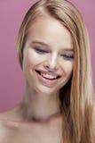 Junge hübsche Blondine mit Frisurabschluß oben Lizenzfreie Stockbilder