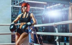 Junge hübsche Boxerfrau, die auf Ring steht Lizenzfreie Stockfotos