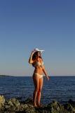 Junge hübsche Frau auf dem Strandmeer, das auf den Inseln von Griechenland schaut Stockfotos